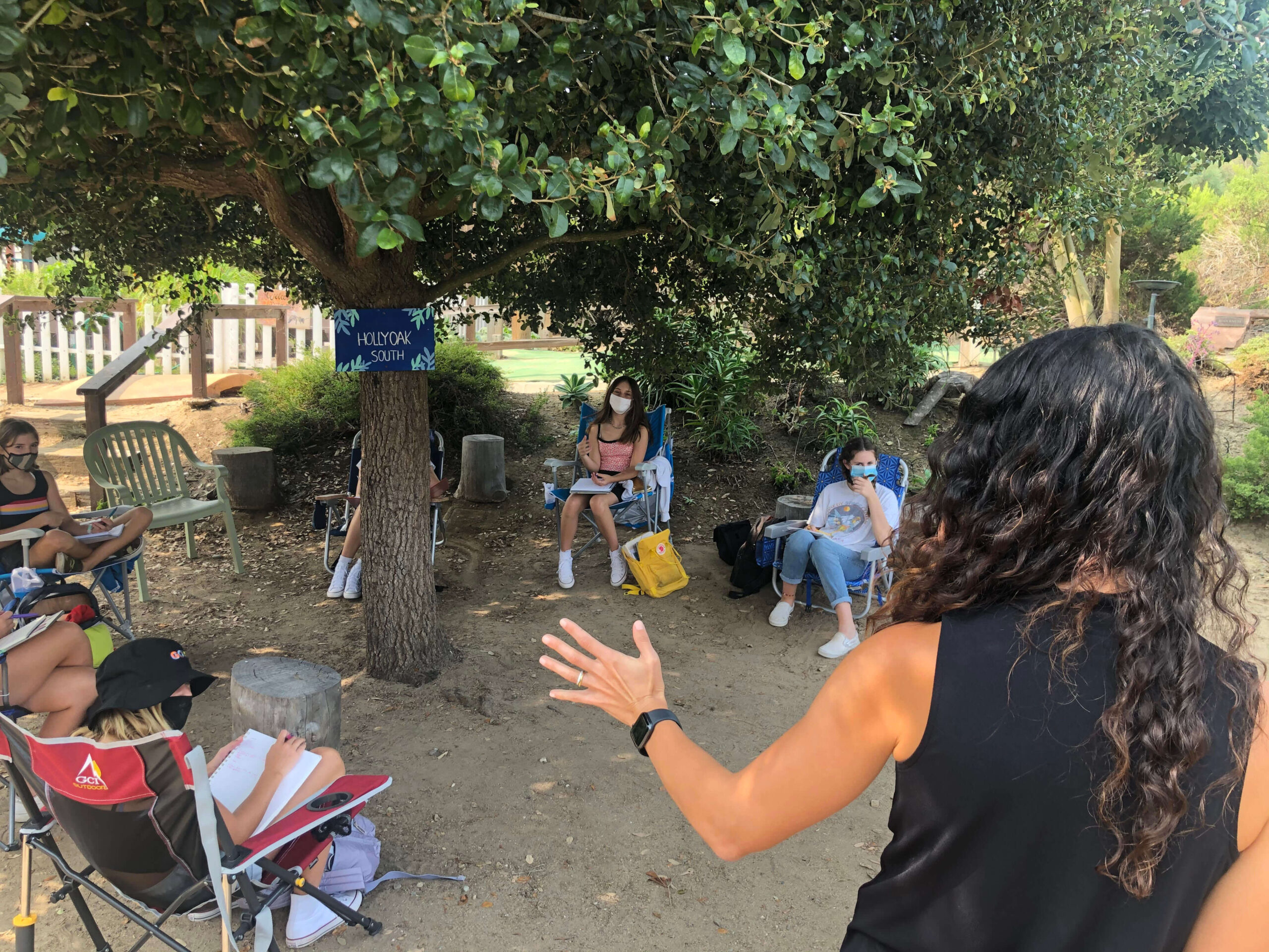 outdoor class under hollyoak at the grauer school in encinitas california